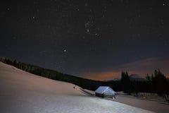 Bel horizontal de l'hiver dans les montagnes Photos stock