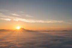 Bel horizontal de l'hiver dans les montagnes Coucher du soleil Image libre de droits