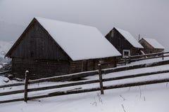 Bel horizontal de l'hiver dans les montagnes Lever de soleil Vallée de Carpatian avec le brouillard et la neige Montagnes carpath photos libres de droits