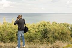 Bel horizontal de mer Un homme photographie la mer et le ciel Photo stock