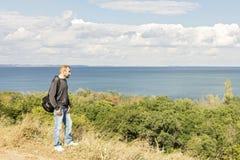 Bel horizontal de mer Un homme regarde la mer Photo libre de droits