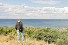 Bel horizontal de mer Un homme regarde la mer Photos stock