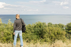Bel horizontal de mer Un homme regarde la mer Image libre de droits