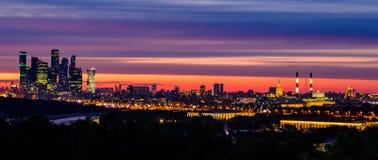Bel horizontal de ville Vue de nuit des collines de moineau sur la ville de Moscou photographie stock