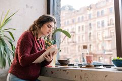 Bel indépendant assidu travaillant dans le cafétéria pendant le matin photo libre de droits