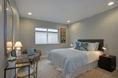 Bel intérieur de chambre à coucher avec des accents bleus image stock