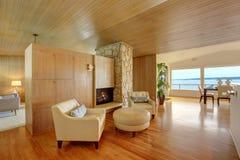 Bel intérieur de maison avec l'équilibre en bois de planche L'AR s'asseyante confortable Image stock