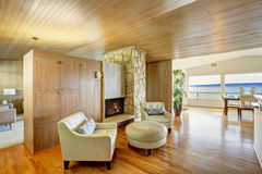 Bel intérieur de maison avec l'équilibre en bois de planche L'AR s'asseyante confortable Photos libres de droits