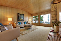 Bel intérieur de maison avec l'équilibre en bois de planche Roo vivant confortable Photo libre de droits