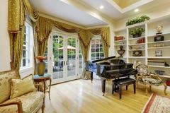 Bel intérieur de salon dans la maison de luxe Photos libres de droits