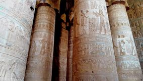 Bel intérieur du temple de Dendera ou du temple de Hathor L'Egypte, Dendera, temple égyptien antique près de banque de vidéos