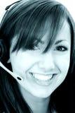 Bel intervenant du service client de sourire dans des sons cyan Images libres de droits