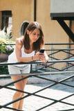 Bel message textuel de sendind de femme avec le téléphone portable. photographie stock
