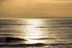 Bel océan à l'heure d'or Photographie stock libre de droits