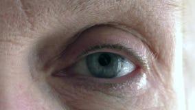 Bel oeil bleu de femme agée banque de vidéos