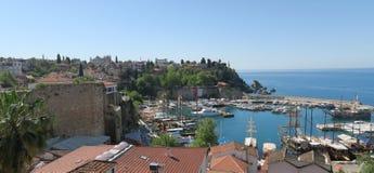 Bel Oldtown d'Antalya - Kaleici - et les vieux murs de ville au port Photographie stock libre de droits