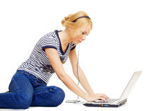 bel ordinateur portatif utilisant des jeunes de femme Images stock