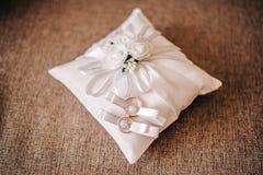 Bel oreiller blanc mou pour des anneaux de mariage Photos stock