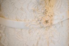 Bel ornement blanc sur une robe de mariage nuptiale images libres de droits
