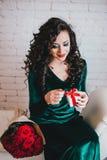 Bel s'ouvrir heureux de femme actuel pour la Saint-Valentin Images stock