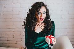 Bel s'ouvrir heureux de femme actuel pour la Saint-Valentin Photo libre de droits