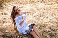Bel usage sexy de mannequin de jeune femme dans une robe élégante Images stock