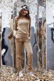 Bel usage sexy de pose de modèle de charme de coiffure de brune de femme Images stock