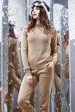 Bel usage sexy de pose de modèle de charme de coiffure de brune de femme Photographie stock libre de droits