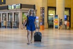 Bel Using Mass Transit modèle blond hongrois dans une grande ville photo libre de droits