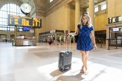 Bel Using Mass Transit modèle blond hongrois dans une grande ville photographie stock