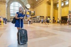Bel Using Mass Transit modèle blond hongrois dans une grande ville image libre de droits
