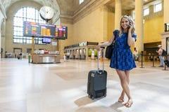 Bel Using Mass Transit modèle blond hongrois dans une grande ville photographie stock libre de droits