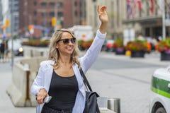 Bel Using Mass Transit modèle blond hongrois dans une grande ville images stock