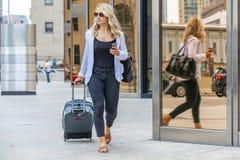 Bel Using Mass Transit modèle blond hongrois dans une grande ville image stock