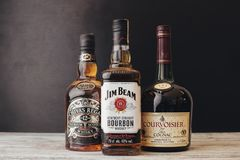 BELA CRKVA, SERBIA - 23 MARZO 2019: Whiskey e cognac immagine stock