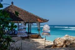 Bela na plaży blisko oceanu, biali balijczyków parasols bali Indonesia obraz royalty free