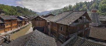 Belade med tegel hus för by för takDong folk, Zhaoxing, Guizhou Provi Royaltyfria Bilder