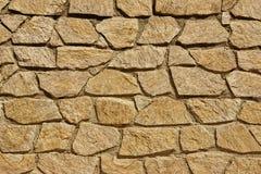 Belade med tegel Stonewall från stenhäll och kalksten vaggar, bakgrund T Royaltyfri Bild