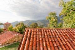 Belade med tegel tak av den forntida ortodoxa kloster i den Alazani dalen, Georgia Nekresi kloster Royaltyfria Foton