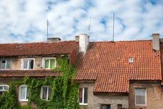 Belade med tegel tak av ett gammalt hus Arkivfoton