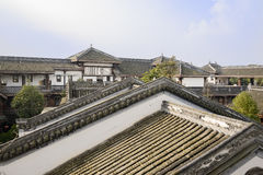 Belade med tegel tak av kinesiska traditionella byggnader i solig eftermiddag Arkivfoton