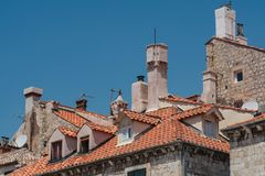 Belade med tegel tak och lampglas av den gamla staden Dubrovnik i Kroatien arkivfoton