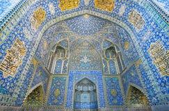 Belade med tegel väggar av den forntida persiska moskén av Iran Royaltyfri Fotografi