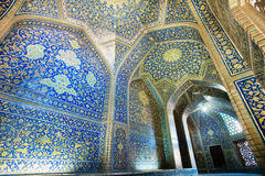 Belade med tegel väggar av mästerverkkorridoren av historisk perser Sheikh Lutfollah Mosque i Isfahan, Iran Masjed-e Sheikh Lotfo arkivfoto