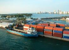 Beladen eines Containerschiffs Lizenzfreie Stockfotografie