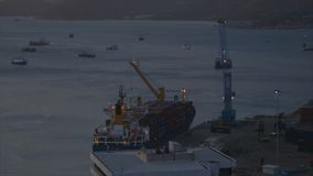 Beladen eines Frachtschiffs stock video footage
