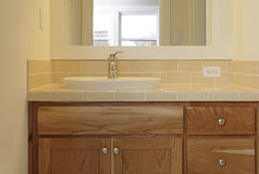 belagd med tegel badrumvask arkivbild