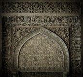 Belagd med tegel bakgrund med orientaliska prydnadar Arkivfoton
