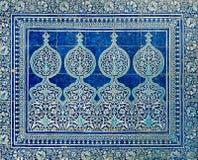 Belagd med tegel bakgrund med orientaliska prydnadar Arkivbilder