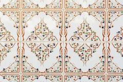 Belagd med tegel bakgrund med orientaliska prydnadar Royaltyfri Bild